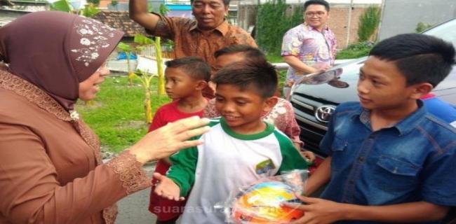Risma Dihadang Anak – Anak Untuk Bermain Bola